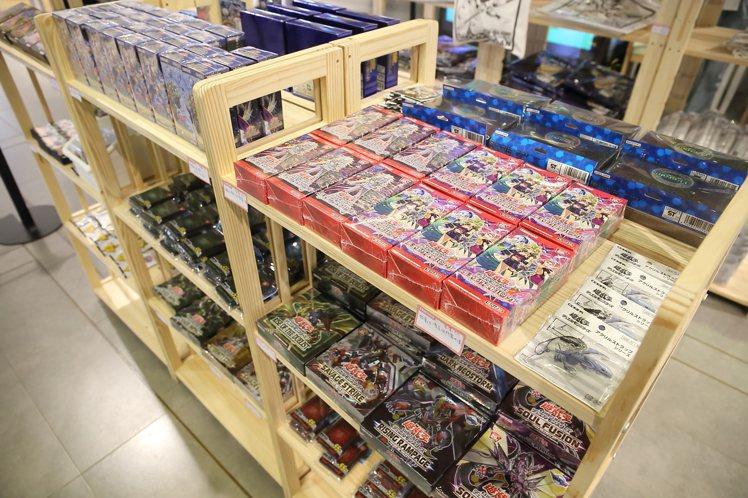 遊戲王主題餐廳中,販售有約50款的週邊商品。記者陳睿中/攝影
