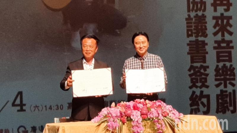 嘉義縣長翁章梁(左)與廣藝基金會執行長楊忠衡(右)今天簽署藝文交流合作意向書。記者陳玫伶/攝影