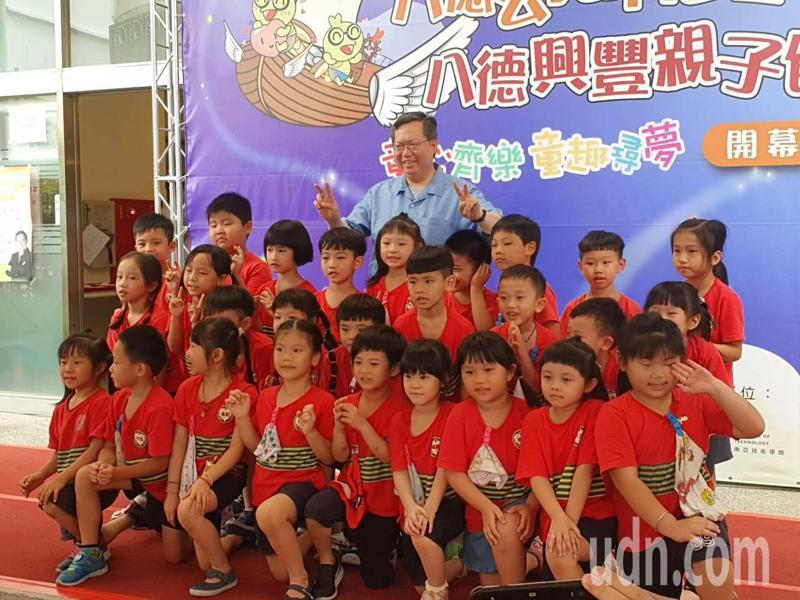 鄭文燦開心得與幼兒園兒童一同合照,他表示,桃園在托育公共化政策方面,算是落實得相當順利。記者陳夢茹/攝影