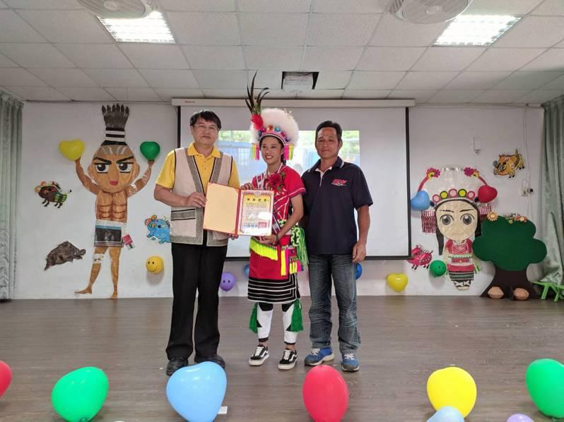 奇美國小今年只有胡宜淳(中)1名畢業生,在舅舅見證下,由校長賴健雄(左)頒發畢業證書。圖/奇美國小提供