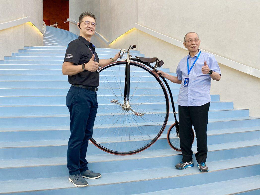 結合互動科技與工藝美學的「自行車文化探索館」,由巨大集團創辦人劉金標(右)與探索...