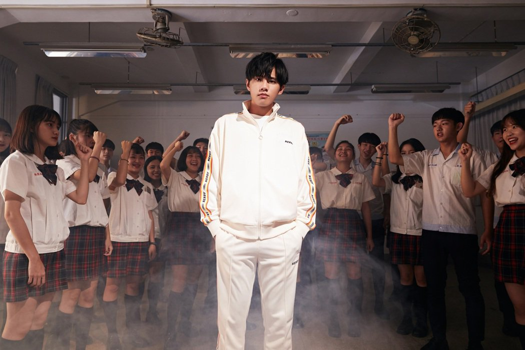 林孟辰(前)推出創作單曲「畢業哥」。圖/環球音樂提供