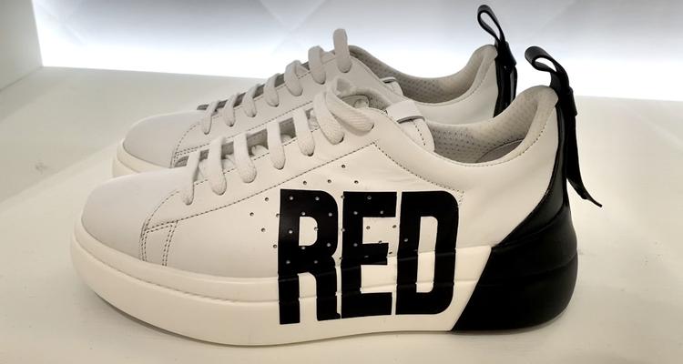 新推出的撞色Bowalk球鞋也有蝴蝶結蹤影。記者吳曉涵/攝影