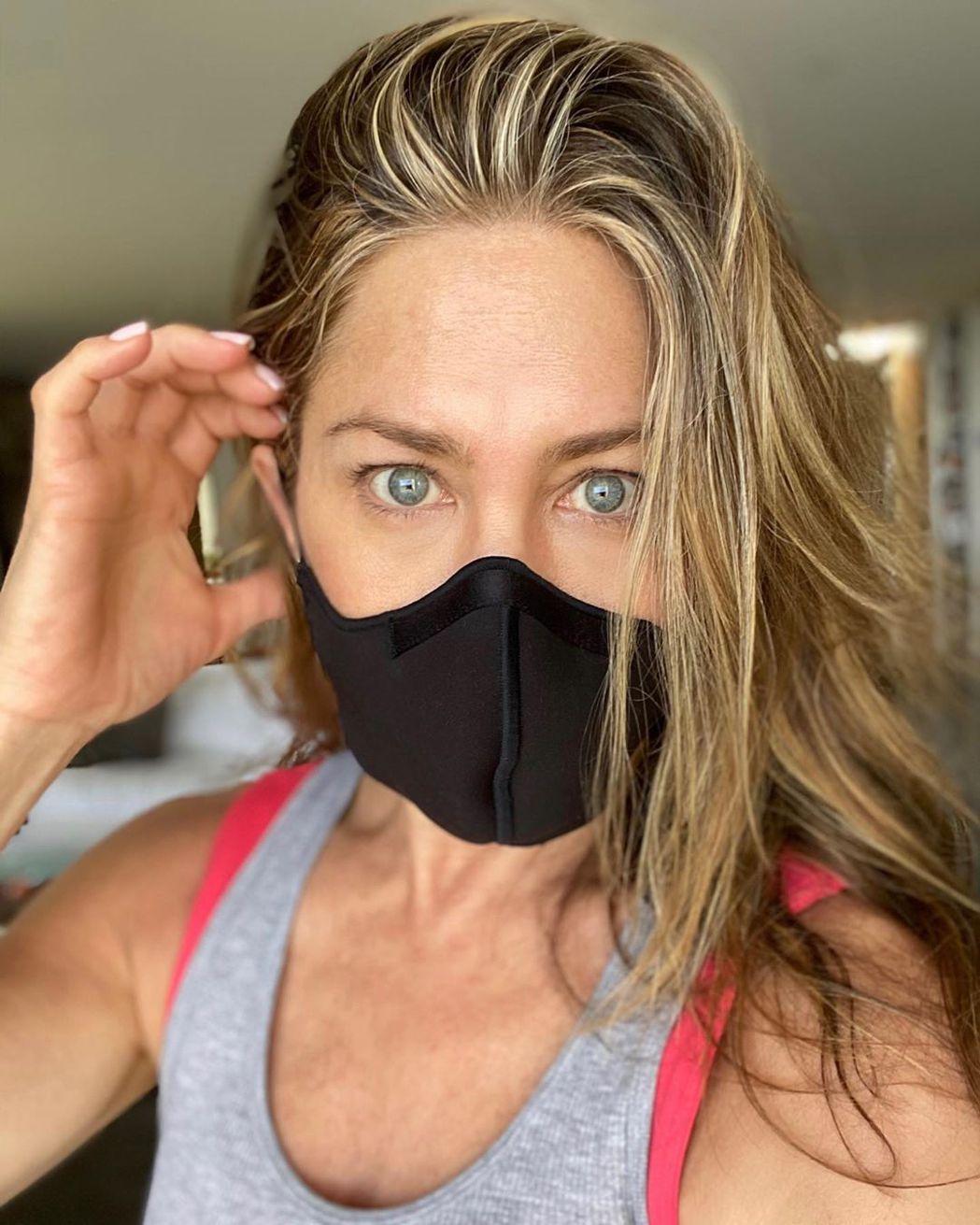 珍妮佛安妮絲頓呼籲美國民眾,千萬記得要戴口罩。圖/摘自Instagram