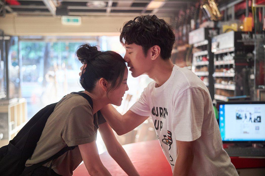 韋禮安(右)新歌「記得回來」MV與程予希有不少浪漫對手戲。圖/The Orcha...