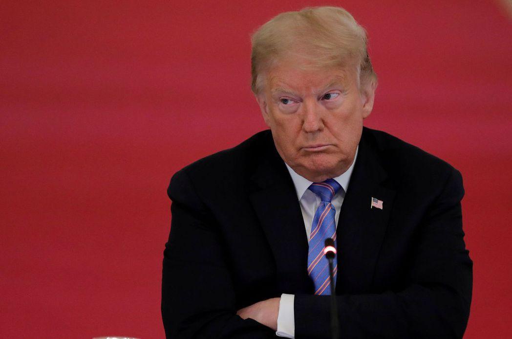美國總統川普之前表明拒絕戴口罩,但1日接受福斯商業台訪問時態度似乎鬆動,改口說他...