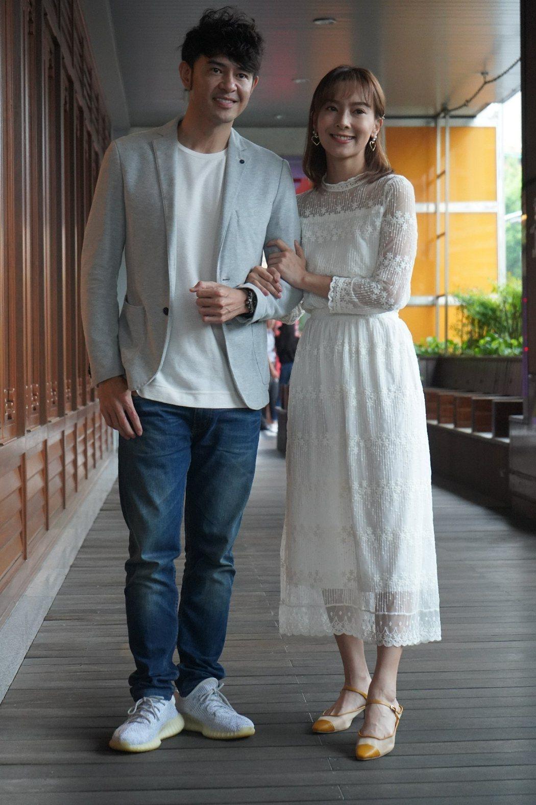 黃玉榮(左)、陳瑋薇演出「歲歲年年」。圖/大愛台提供