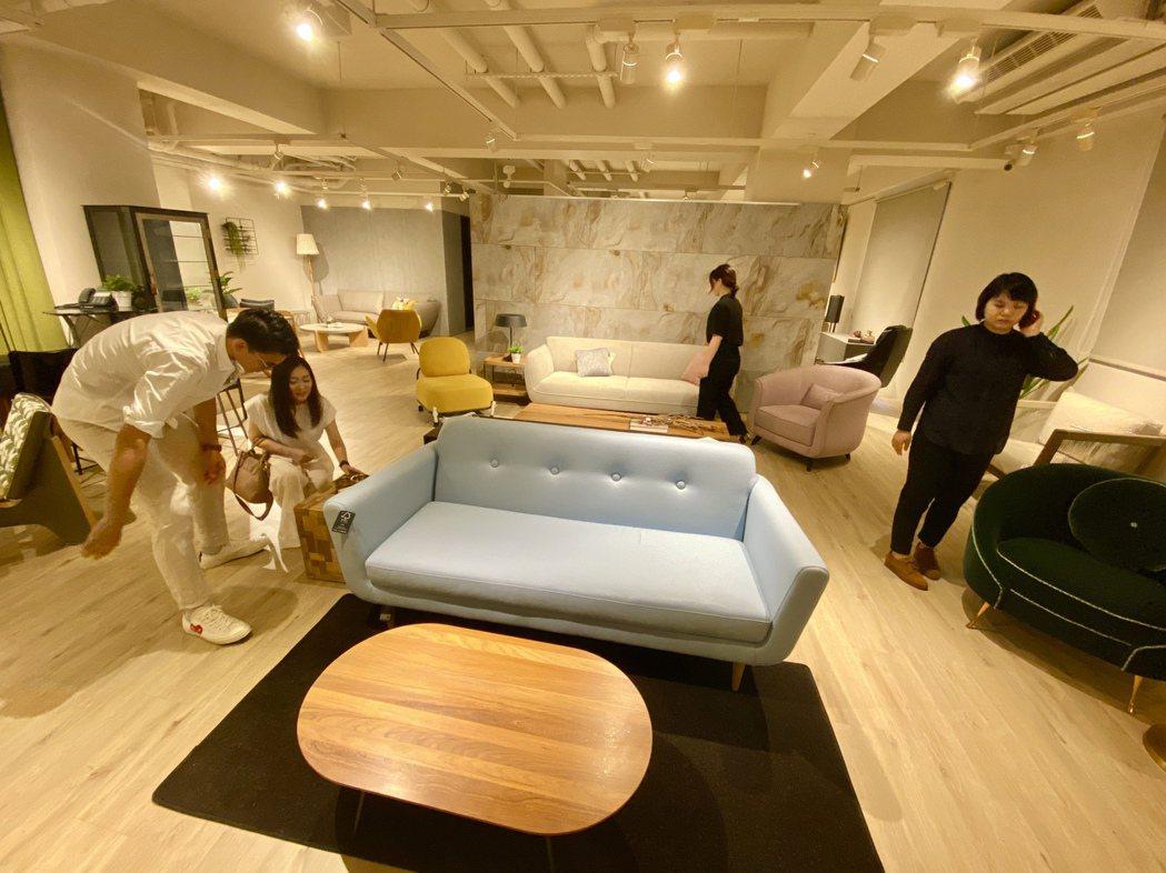 「夏馬城市生活」台中旗艦總部,標榜讓消費者從建材、家具至家飾,都可以一站購足。記...
