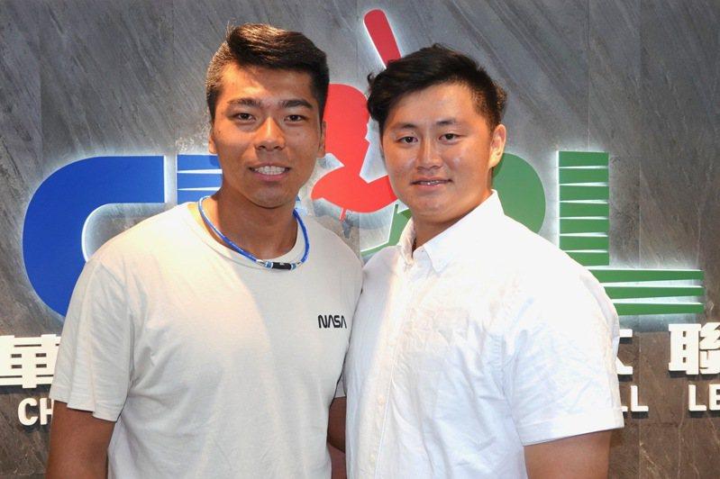 文化大學投手姚杰宏(左)笑稱蔣少宏(右)是自己的投手教練。記者蘇志畬/攝影