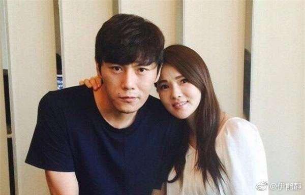 伊能靜(右)、秦昊姊弟婚相差10歲感情好。圖/摘自微博