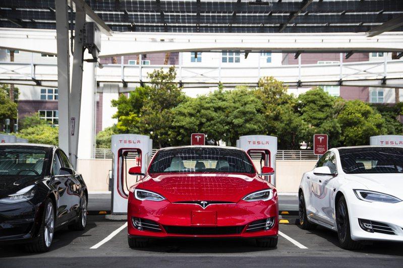 特斯拉市值在1日首度超越豐田汽車,成為全球市值最高的汽車製造商。 (美聯社)