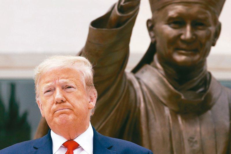 川普一日接受專訪仍拒下口罩令,他說,民眾可以自主戴口罩。圖為示意。 (美聯社資料照片)