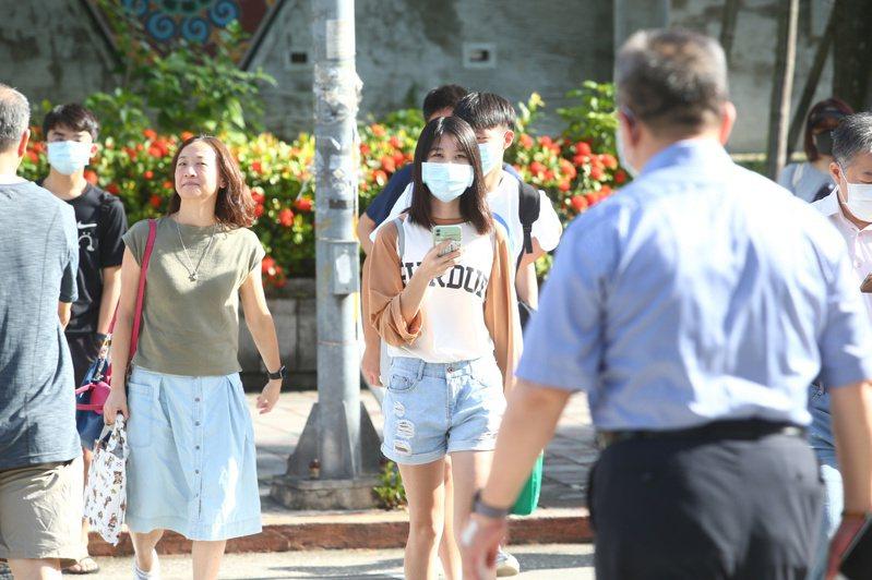 大學指考登場,配合防疫的需求考生們必須戴著口罩入場。記者葉信菉/攝影