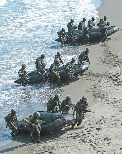 海軍陸戰隊演習時操演膠舟登陸,圖非本次發生意外操演部隊。 本報系資料照