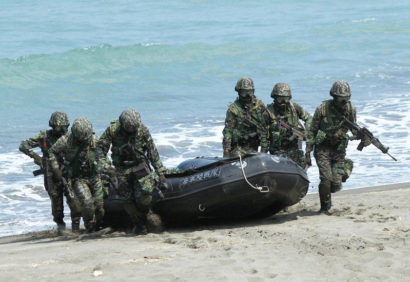 海軍陸戰隊九九旅步一營步一連2013年在左營實施操舟演習登陸。 本報系資料照