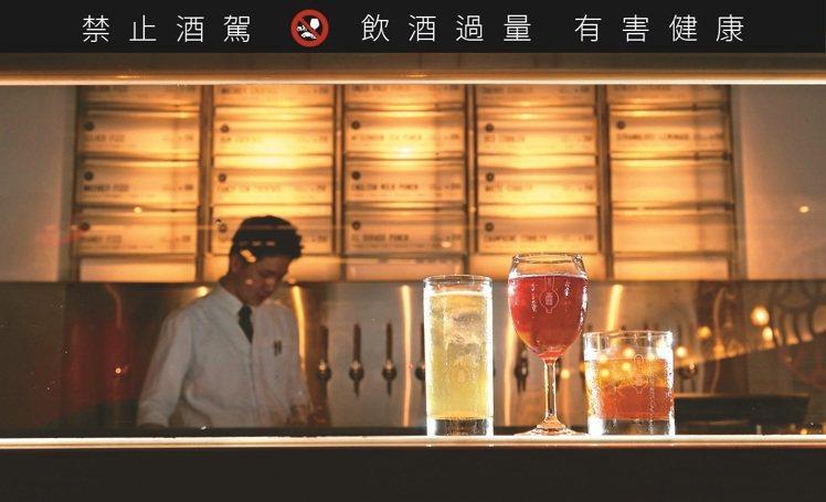 Draft Land是亞洲首間汲飲式調酒酒吧,乾淨吧台少了花俏技術,事前卻得花更...