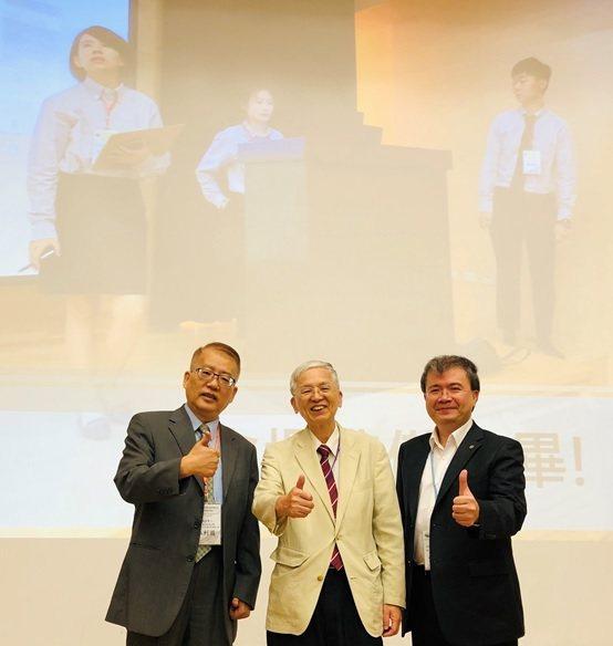 左起,主辦單位台北科技大學林利國教授、協辦單位林建元理事長與皇輝科技執行長張智強...