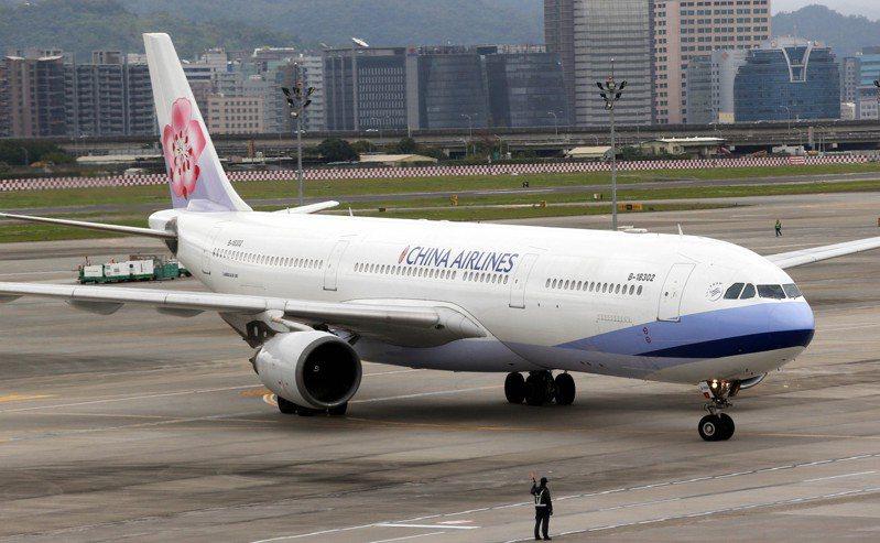 今年6月14日華航CI202浦東飛松機編號B-18302空中巴士A330飛機落地發生故障,駕駛自動駕駛系統煞不住,改手動後於煞住,煞住時已在松機跑道末端,機上80多人平安。圖為B-18302去年降落松山機場畫面。聯合報資料照片