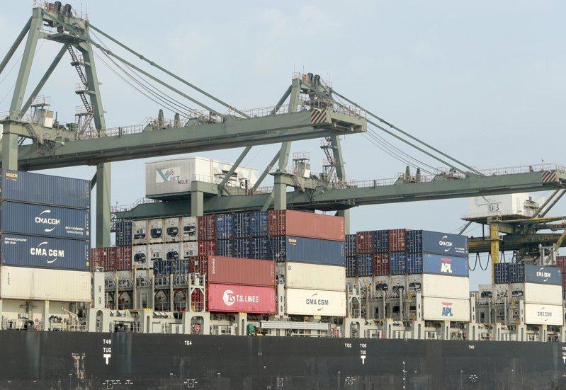 越南貿易雖然在疫情期間受挫,但第2季經濟意外成長。圖為西貢港口的貨輪正在裝運貨櫃。美聯社