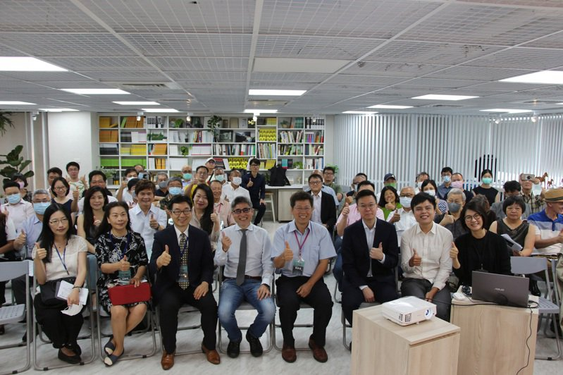 中台灣教授協會3日在台中舉辦「美中對抗下的台港局勢」論壇,民進黨副秘書長林飛帆(前右3)等人出席與會。圖/記者蘇木春攝