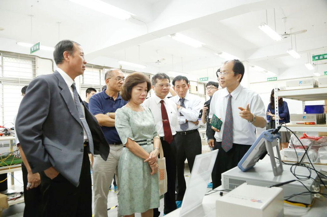 校長盧燈茂 (左一)陪同教育部技職司長楊玉惠 (左三)參觀再生能源類產線設備。 ...
