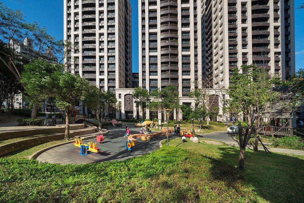 「君泰凰」自造千坪綠地公園,如同私家庭院。 業者/提供