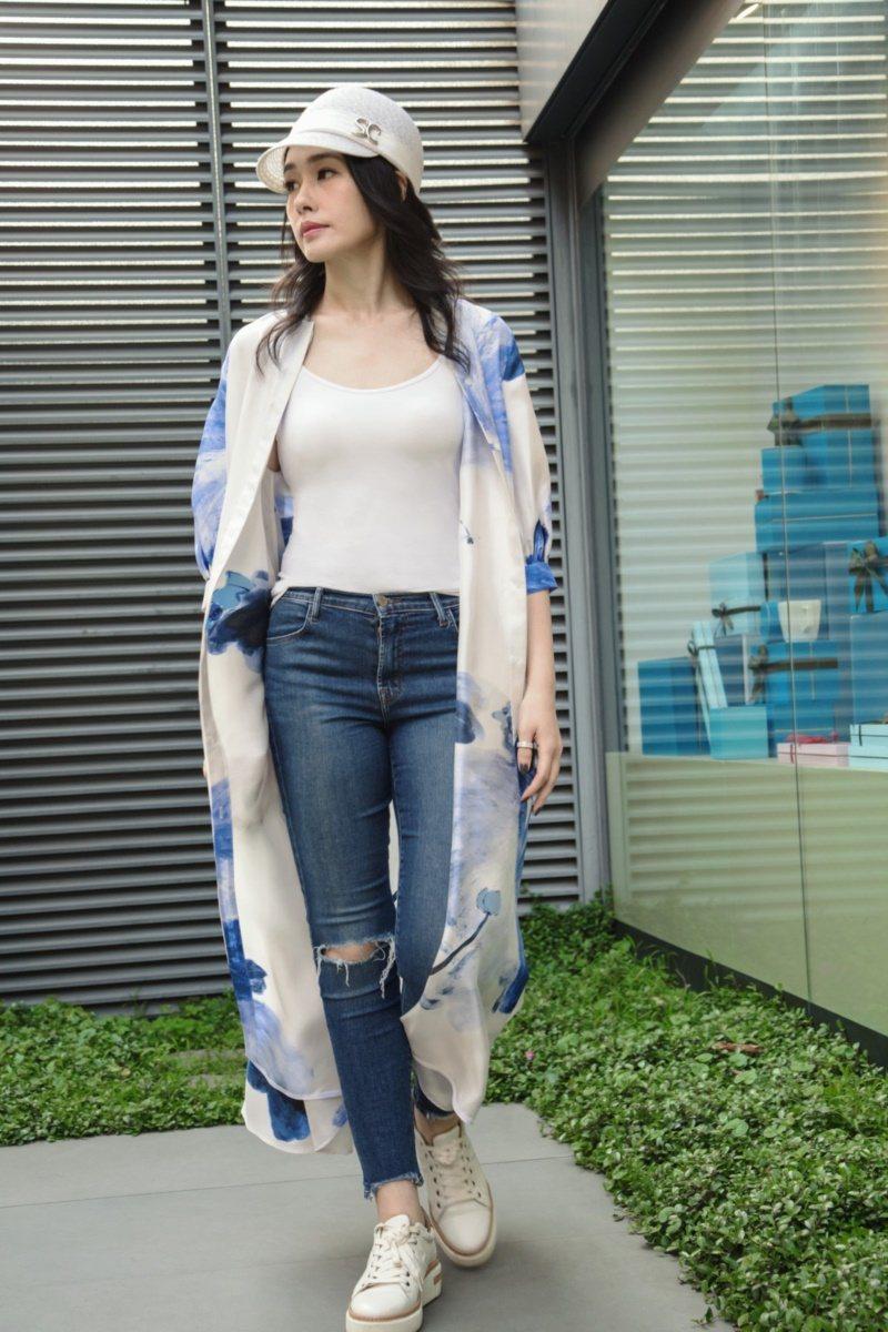 帥氣的印花長版襯衫對於成功女性來說,是實用的必備單品。 圖/夏姿提供