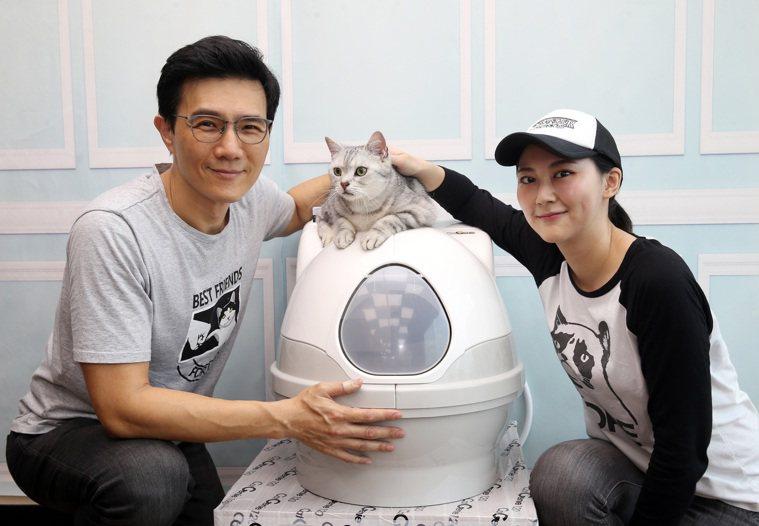 蔣偉文夫婦跟他的愛貓。 圖/曾吉松 攝影