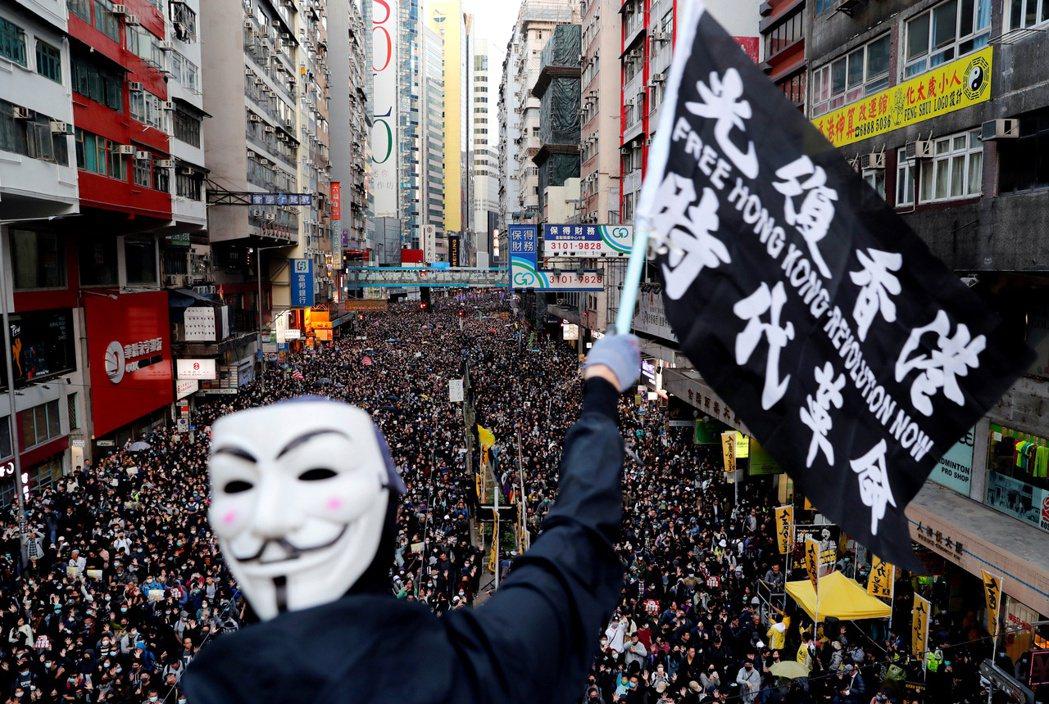 港府2日深夜突發以新聞稿形式,嚴正警告所有港人:即日起,「光復香港,時代革命」將...