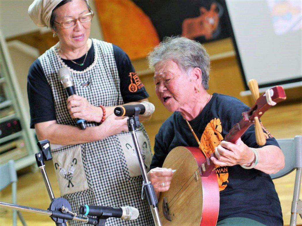 高齡88歲、只有國小學歷的陳英,不但能隨口唱出上百首恆春民謠,也投入寫詞創作、教...