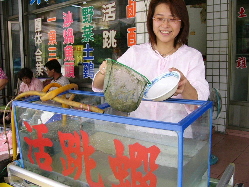 花蓮縣鯉魚潭風景區的活跳蝦,是一賣三、四十年的招牌菜。 圖/王燕華 攝影