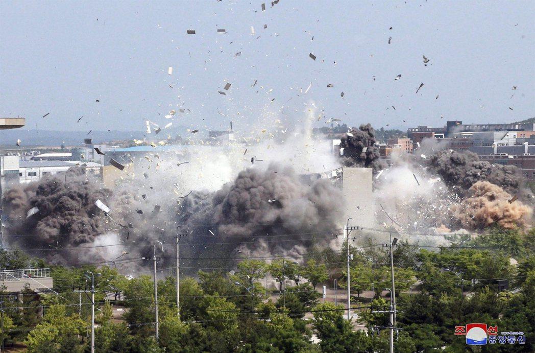 6月16日下午,位於北韓開城的「南北共同聯絡事務所」遭到北韓爆破。 圖/美聯社(經朝中社)