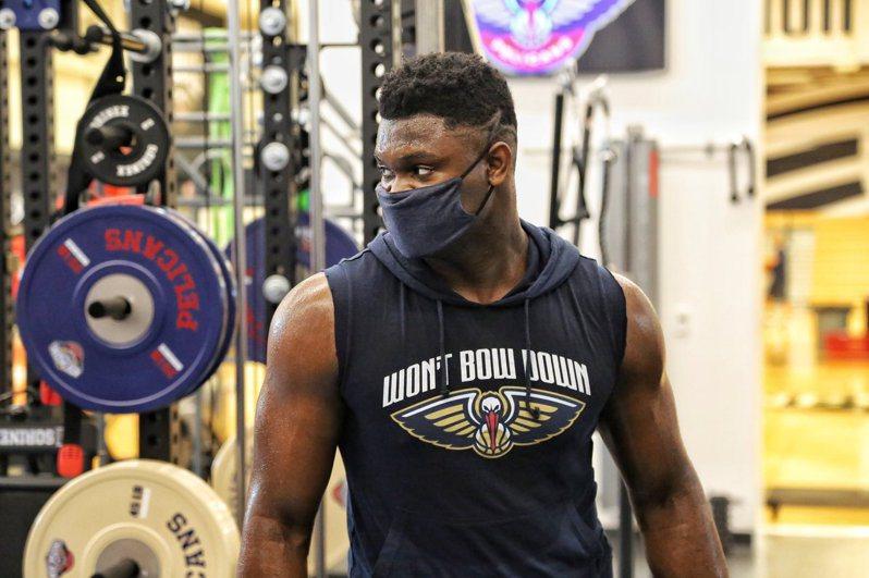 「怪物狀元」威廉森(Zion Williamson),在聯盟全面停擺期間成功減重,同時增加不少肌肉。 截圖自鵜鶘官方推特