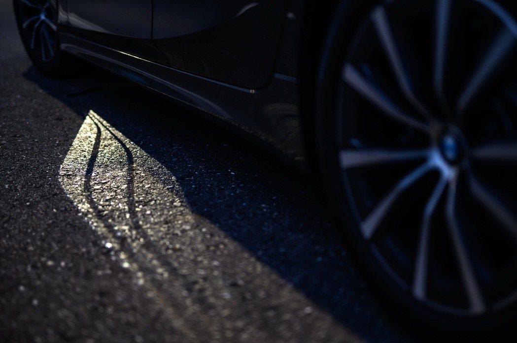 智慧Comfort Access免鑰匙系統搭配的迎賓光毯在車主靠近車輛3公尺時會...