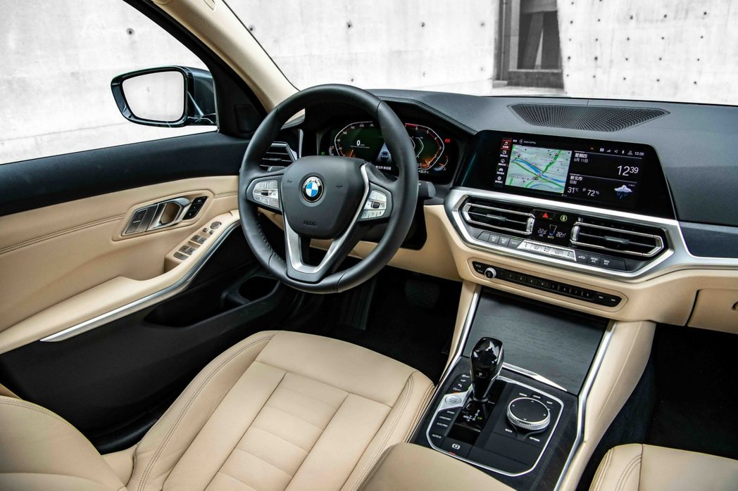 全新世代的全數位虛擬座艙,由12.3吋虛擬數位儀錶與10.25吋中控觸控螢幕所打...