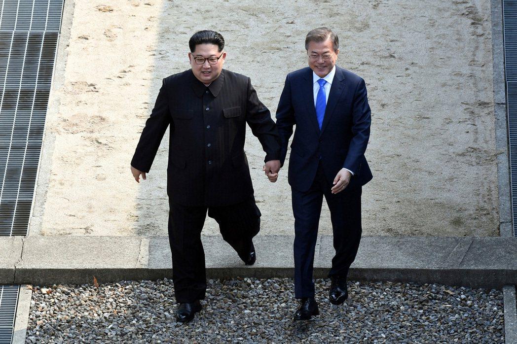 2018年,南韓總統文在寅與北韓領導人金正恩,於南北韓相連的北緯三十八度線會面。 圖/美聯社
