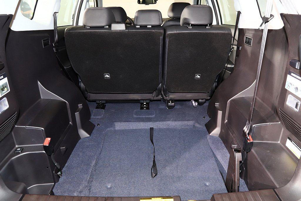 平整化空間設計,在後艙空間未放置輪椅時,收納狀態完全不會干涉後艙空間完整性。 記...