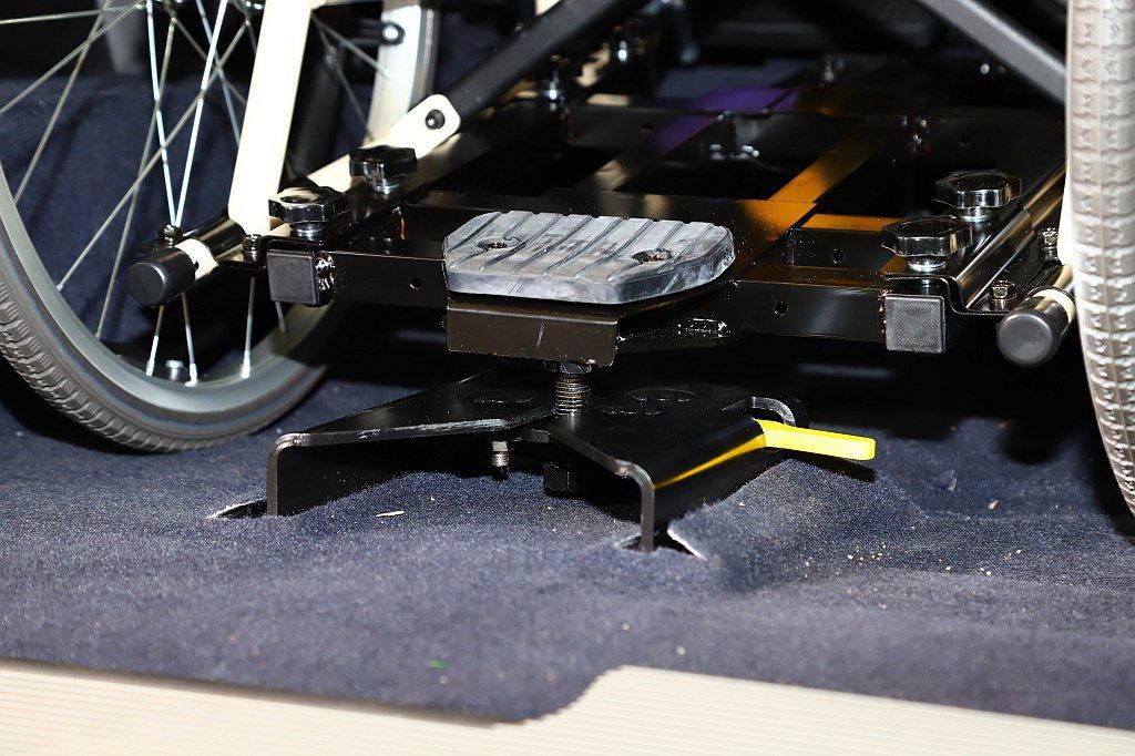 榮獲德國IF設計大獎的「Luxgen Quick Lock易扣」輪椅快扣裝置,讓...