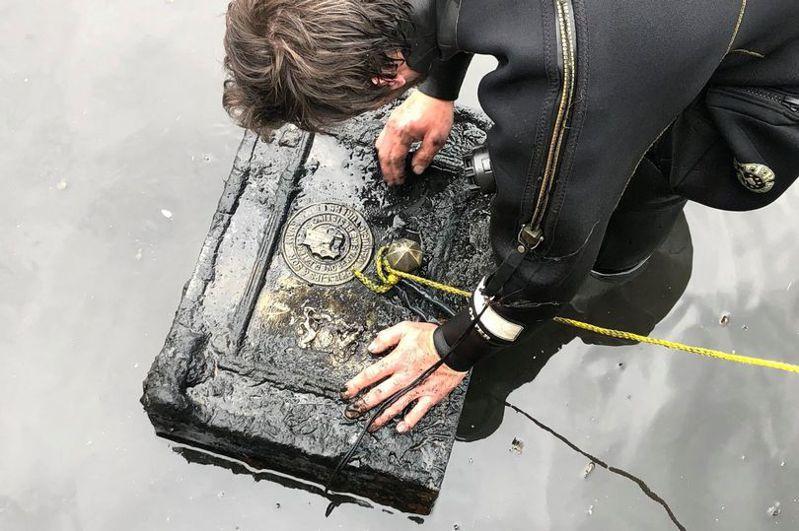 謝恩在河中發現一個三十五公斤重的保險箱。圖/Daily Star