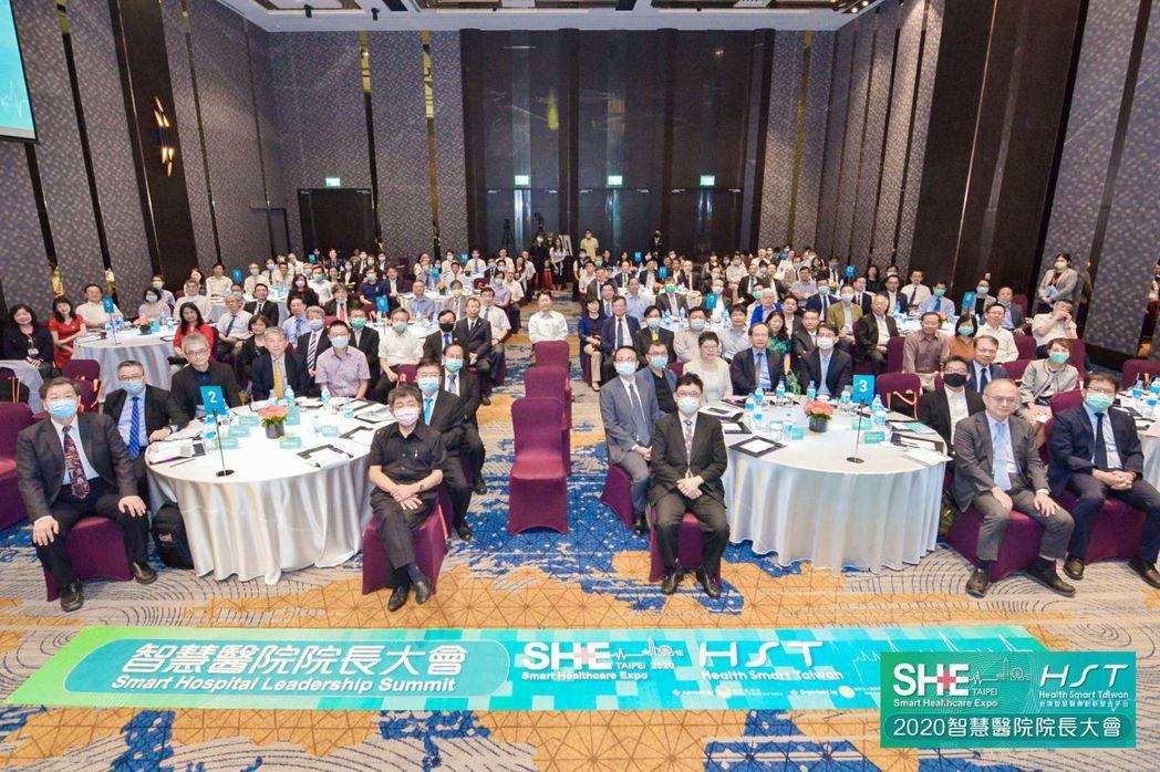 2020SHE智慧醫院院長大會與會者合影。第一排由左而右:醫策會董事長林啓禎、衛...