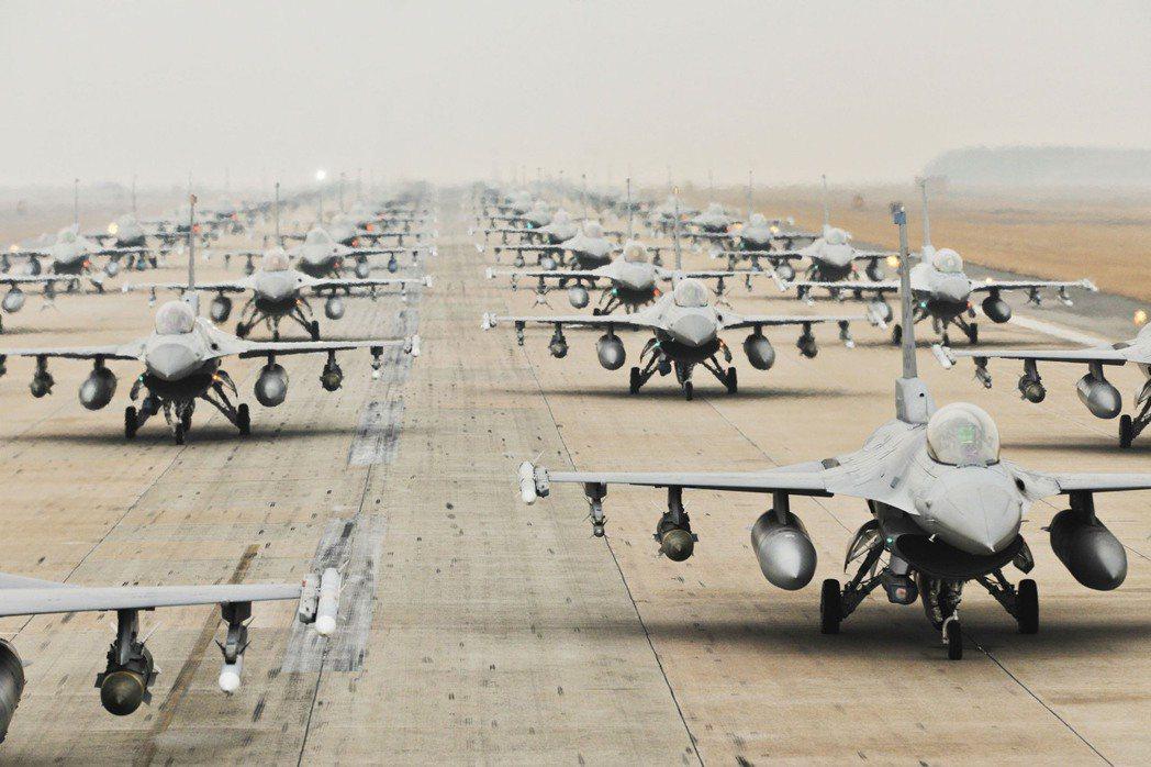 川普曾經要求暫緩F16戰機的對台軍售案,理由同樣是怕會影響到與中國貿易談判。圖為...