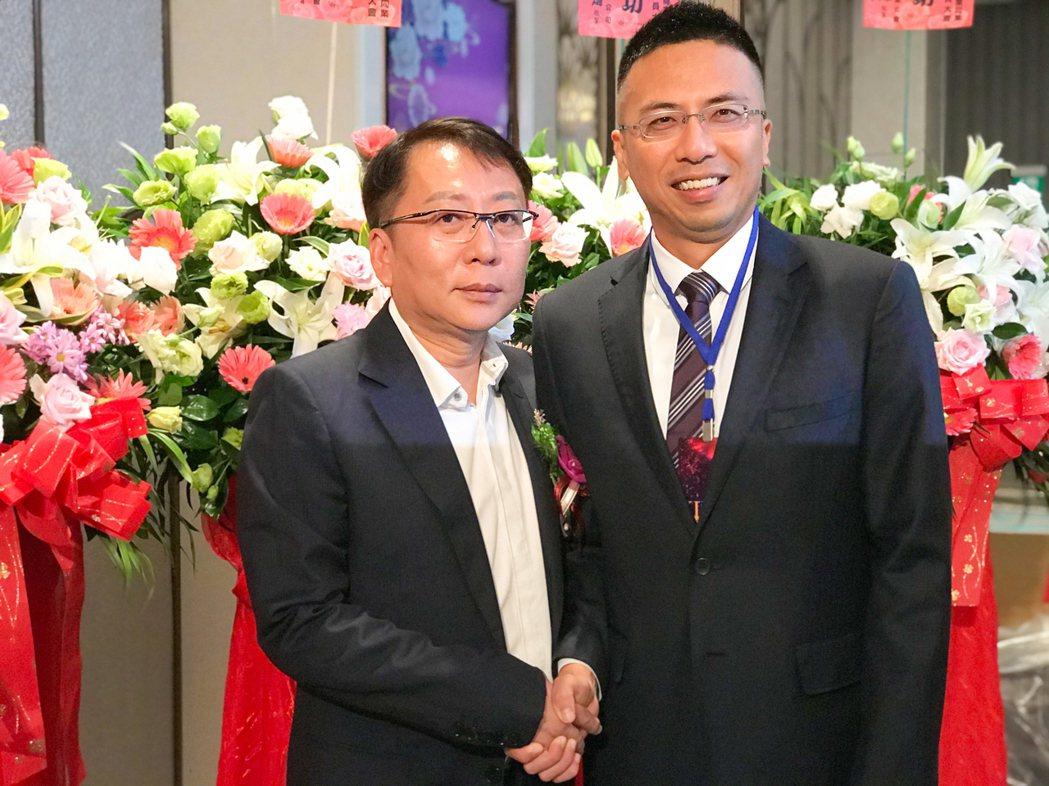 第六屆理事長楊佳松(左)將理事長棒子交給謝哲耀。 攝影/張世雅