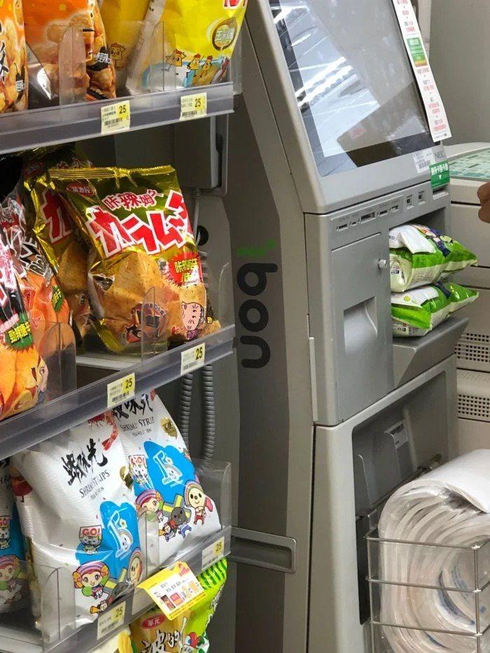 有網友在1日到超商看到ibon機台放了兩包乖乖,讓他看了也笑說員工很專業。 圖/翻攝自Dcard