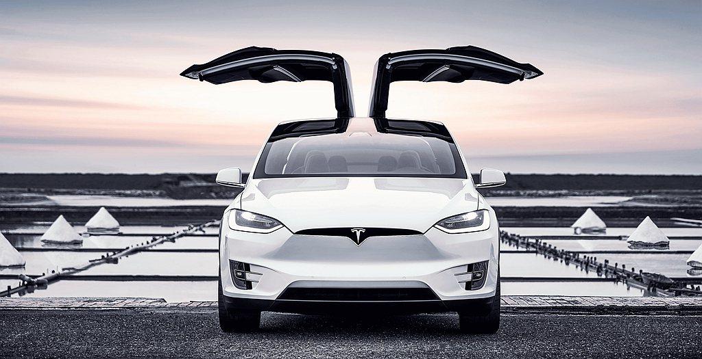 特斯拉Model X於台南井仔腳瓦盤鹽田的取景照,加上此座位於台南生活脈動中心的...