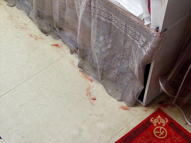 網友驚見地板出現「長長血痕」,沒想到竟目睹命案現場。圖擷自facebook