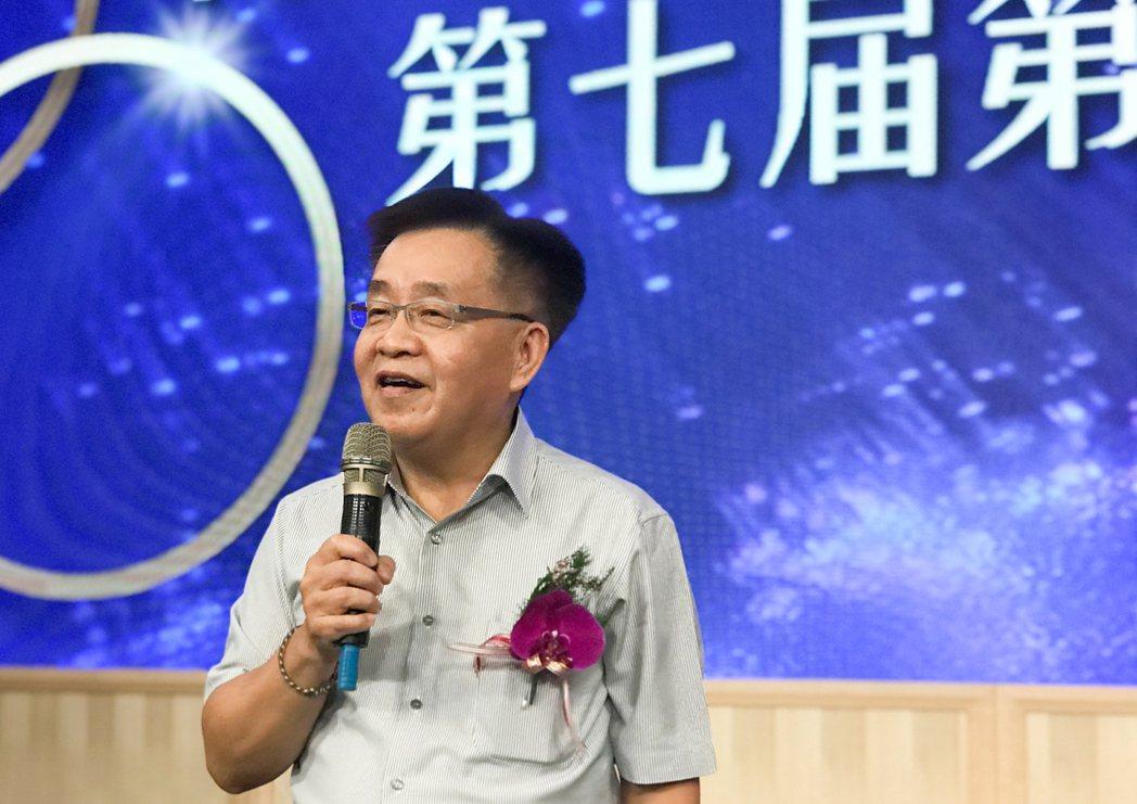高雄市政府地政局代理局長陳冠福自我解嘲自己是「來得突然、走得必然」的局長,但在代...
