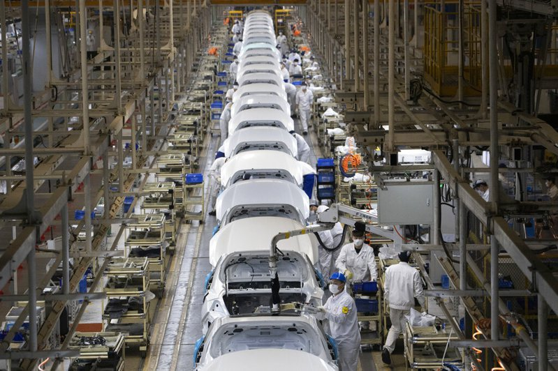 由於中國爆發新冠肺炎,工廠停工,國外許多車廠因此關閉。圖為武漢本田車廠。 圖/美聯社