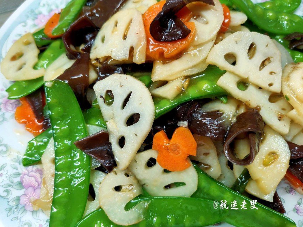 來一抹綠色,吃一口清新,喜歡這種「給我們點兒顏色瞧瞧」的季節,該綠的綠起來,該紅的別藏著,飯桌上也該來點兒清新的飯食才會更有食慾。