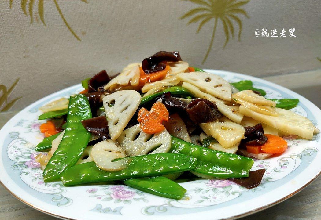 美好生活,從一日三餐開始,荷塘小炒,根據個人口味,也可選用山藥,荸薺代替蓮藕,如果想更加營養,也可以添加嫩滑的蝦仁。