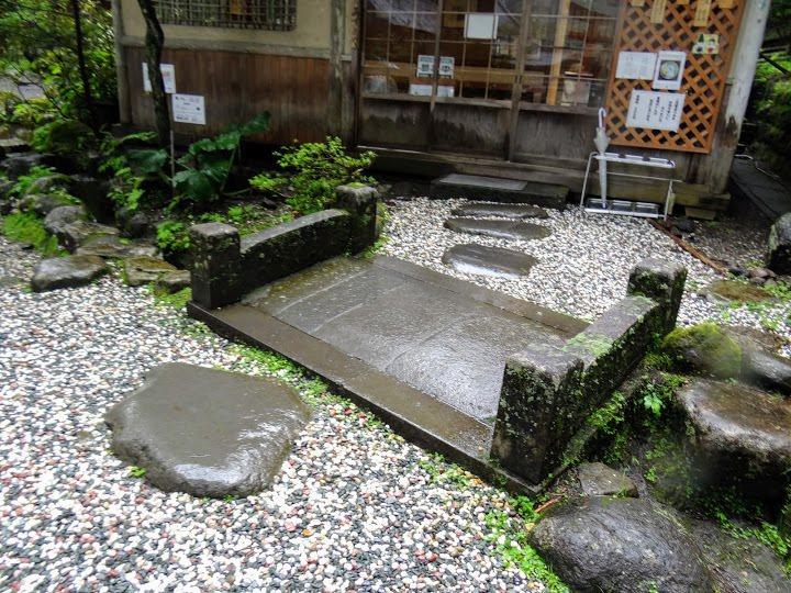 旁邊茶室享用靈泉所泡的抹茶和日式甜點